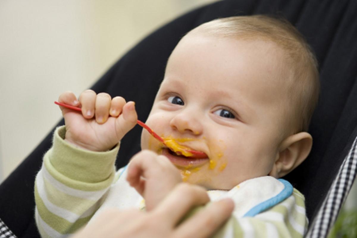 Кроха ест морковное пюре