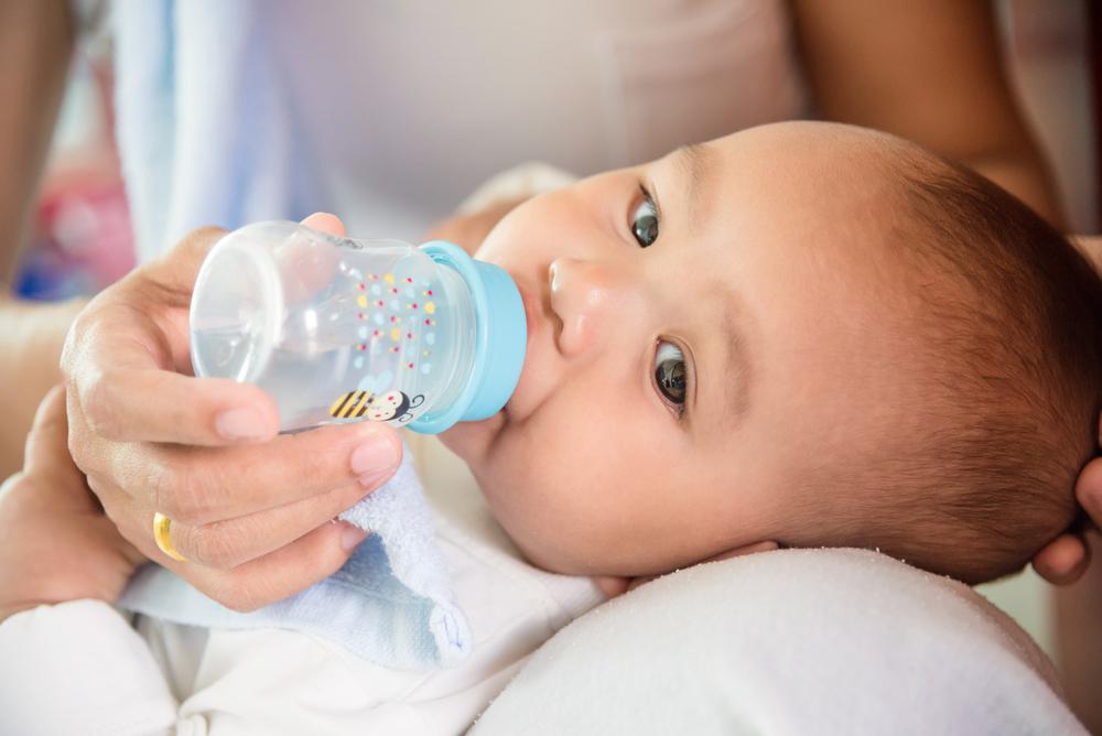 Одна из хитростей – напоить младенца водичкой