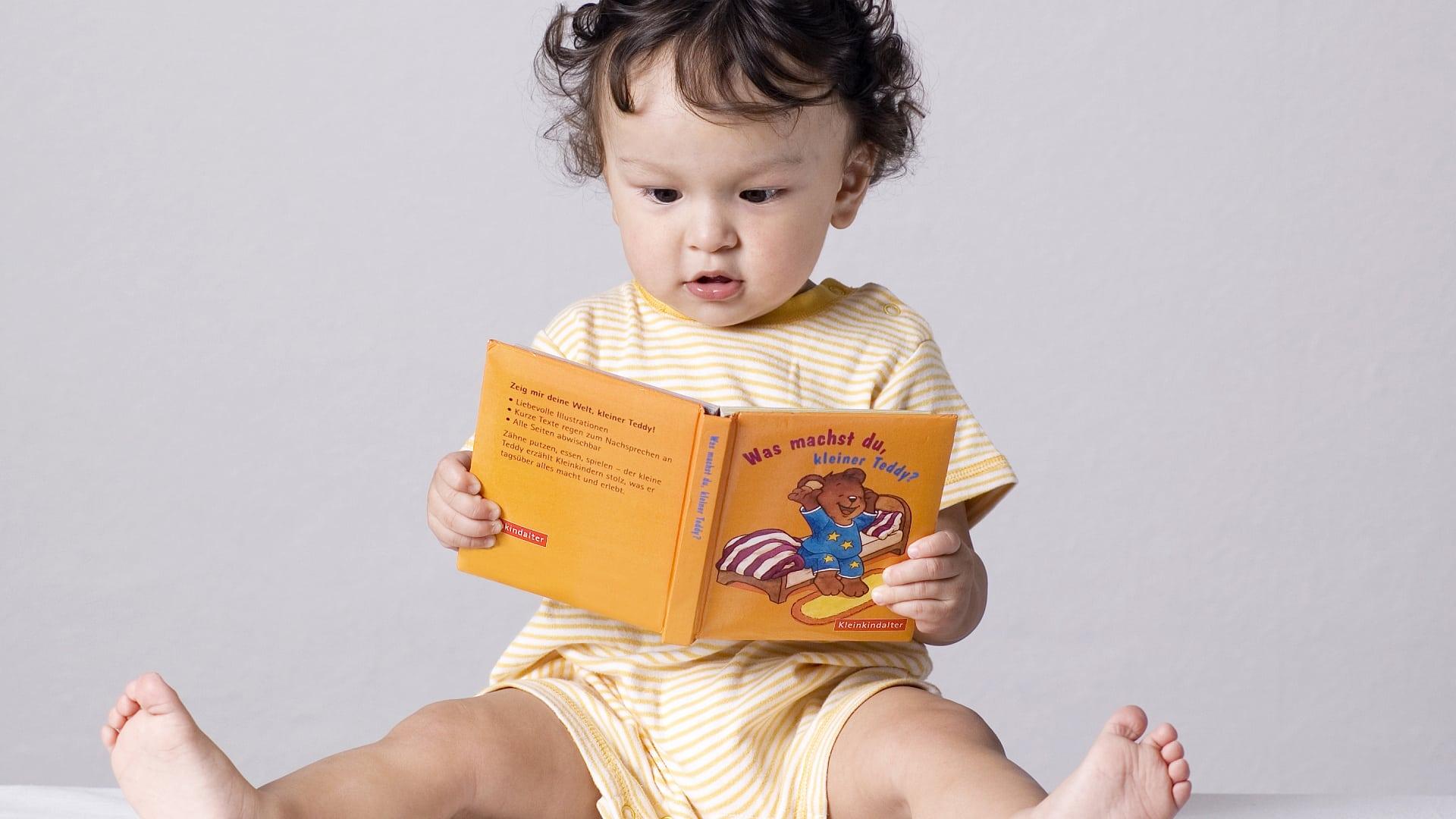 Младенец смотрит картинки