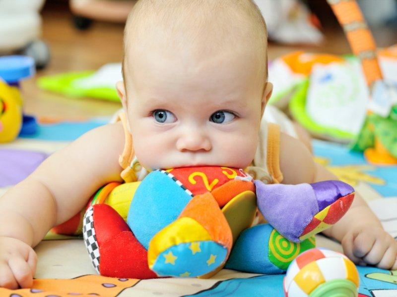 Малыш тянет в рот