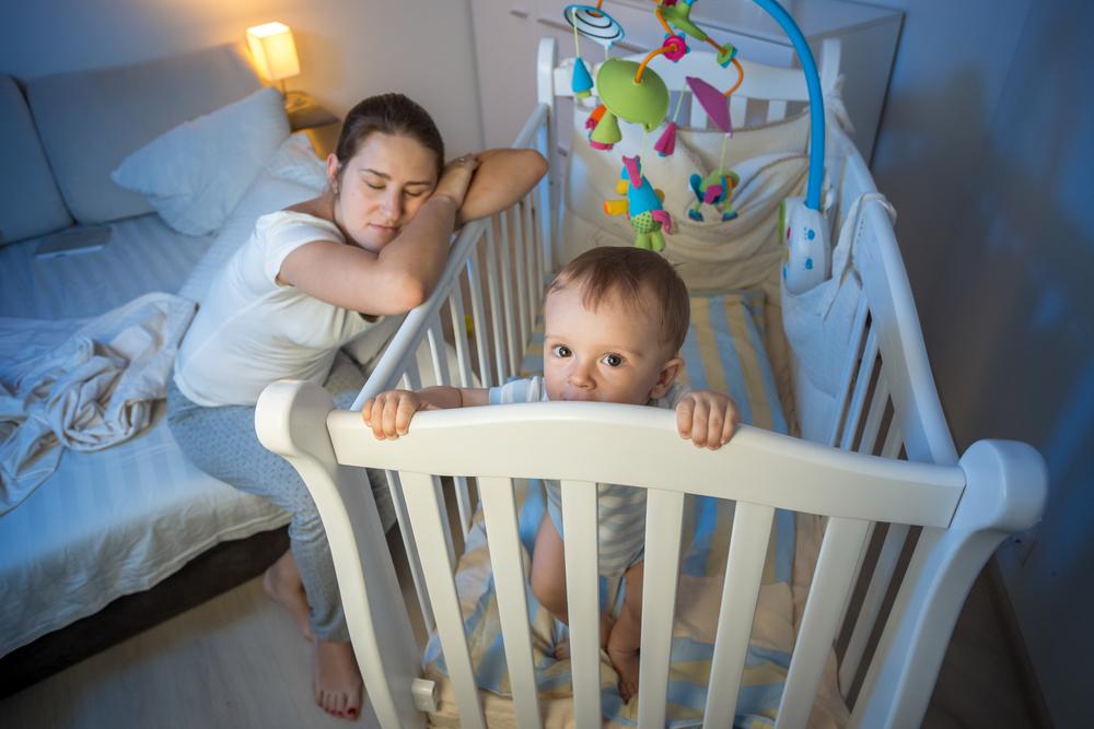 Малыш играет в кровати