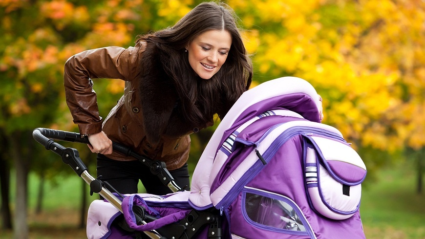 Первые прогулки с грудничком могут стать для родителей серьезным испытанием