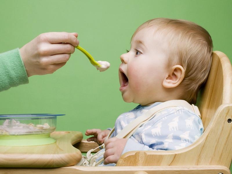 Ребенок ест картофельное пюре