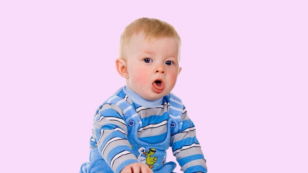 Чтобы лечить кашель у ребенка, необходимо выяснить его причину