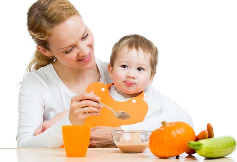 В восемь месяцев питание ребенка становится разнообразным