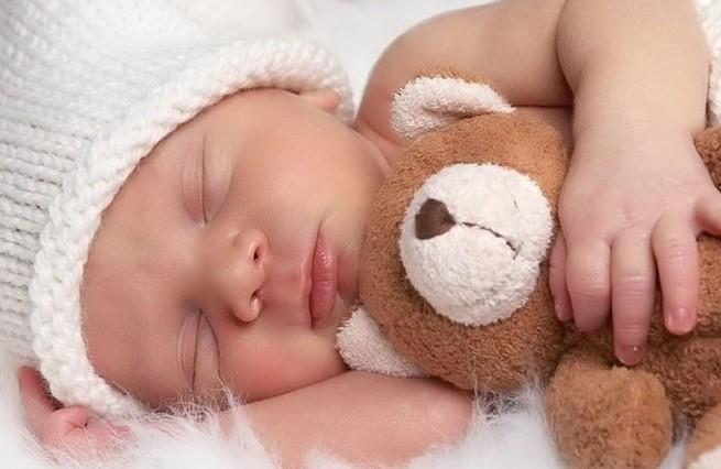 В режиме дня нужно выделить достаточное время и для сна, и для активного бодрствования грудничка