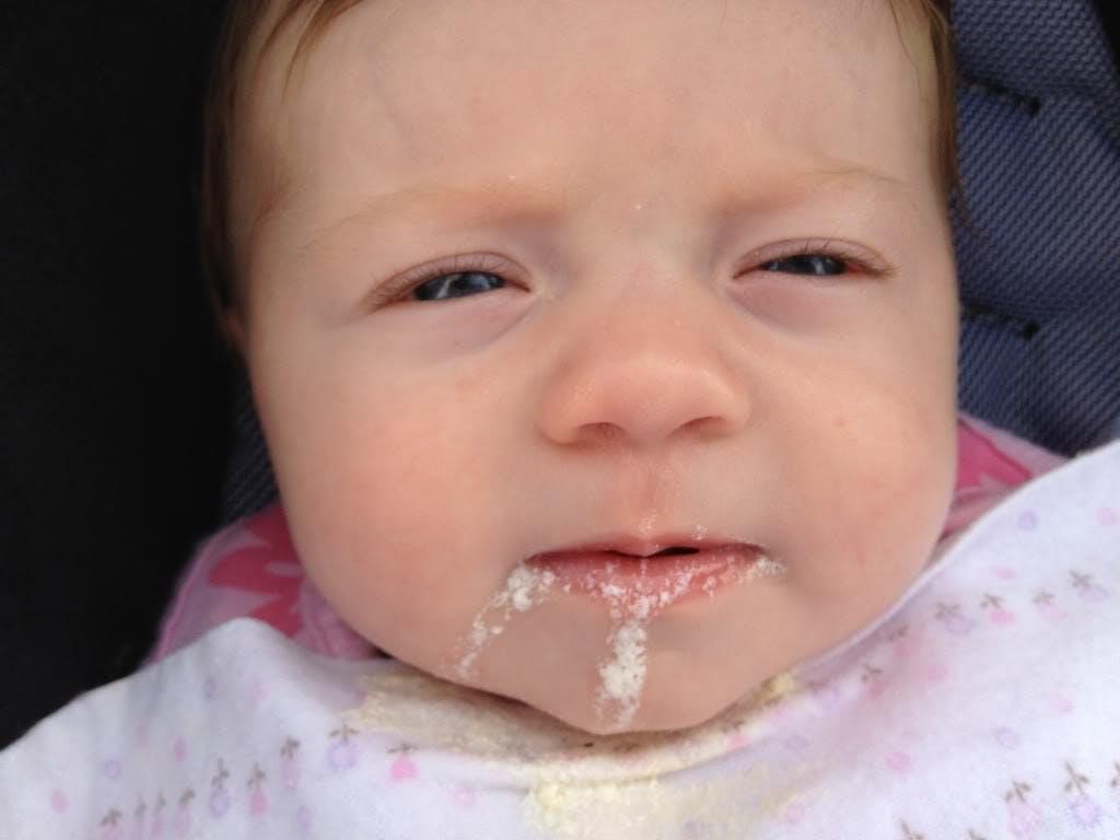 Почему ребенок срыгивает после кормления грудью или смесью