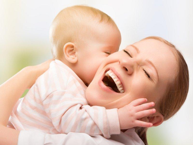 Грудничок обнимает мать
