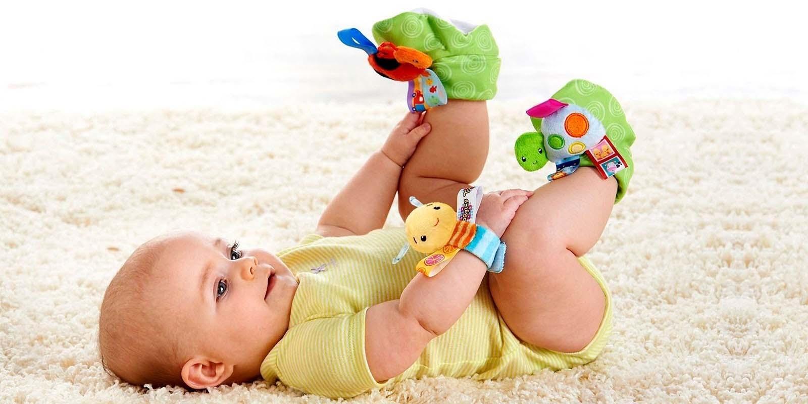 К четырехмесячному возрасту малый процент грудничков начинает присаживаться