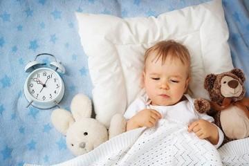 Мальчик в кровати не спит