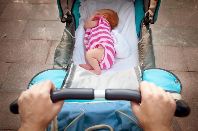 Малыш спит в коляске на улице
