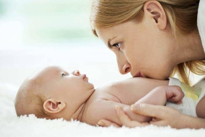 Мама целует живот