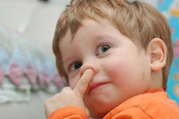 Отучать детей ковырять в носу следует с раннего возраста