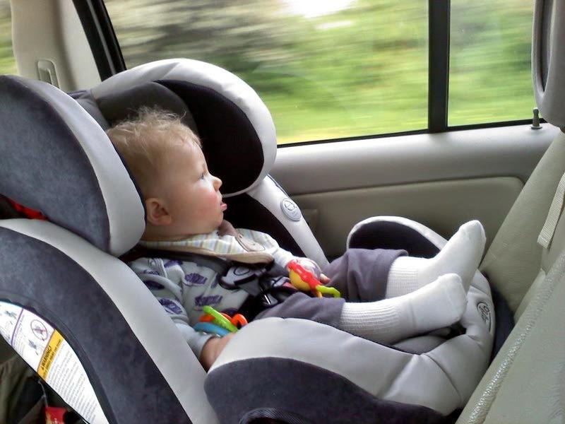 Ребенок в автомобиле смотрит в окно
