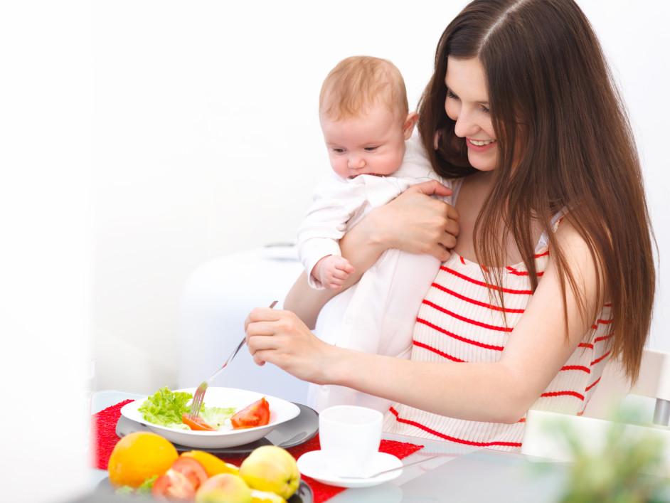 Кормящая мама должна правильно составить свой рацион