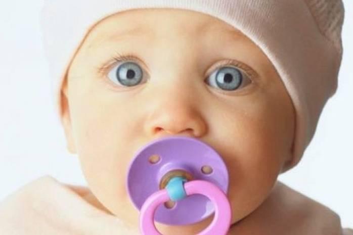 Привыкание малыша к пустышке чаще всего связывают с удовлетворением сосательного рефлекса