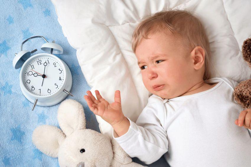 Мальчик в кровати и часы