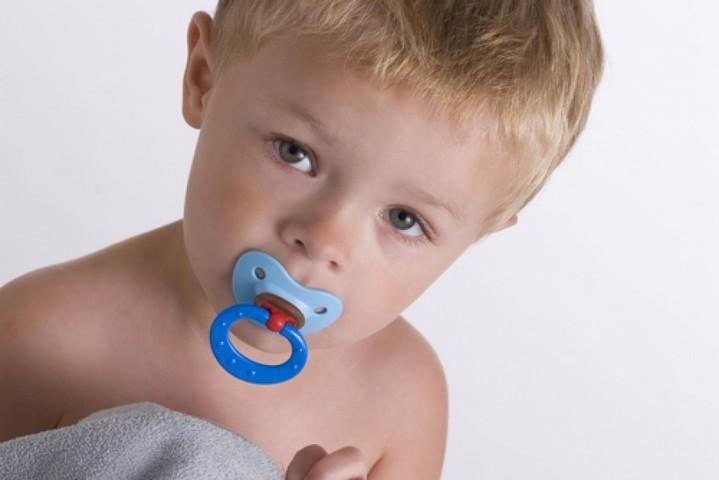 Иногда процесс отвыкания ребенка от пустышки затягивается до раннего возраста