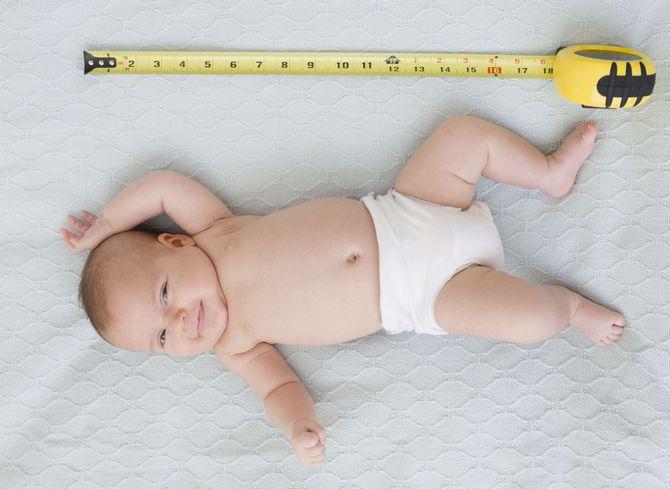 В домашних условиях можно измерять длину тела ребенка сантиметровой лентой