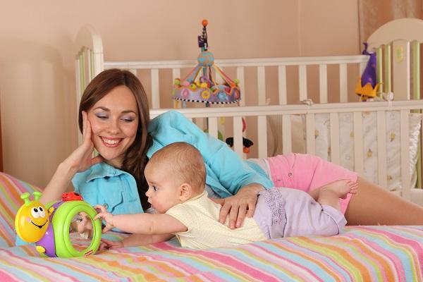 Во время бодрствования грудничку нужно предлагать развивающие игры и занятия