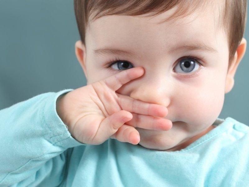 Мальчик трет нос