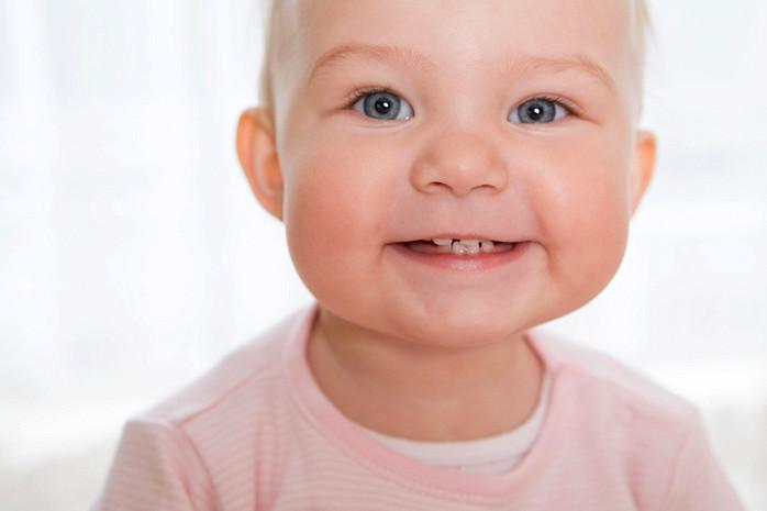 Пищу кусочками предлагают грудничку в 8 месяцев, когда прорезаются зубки