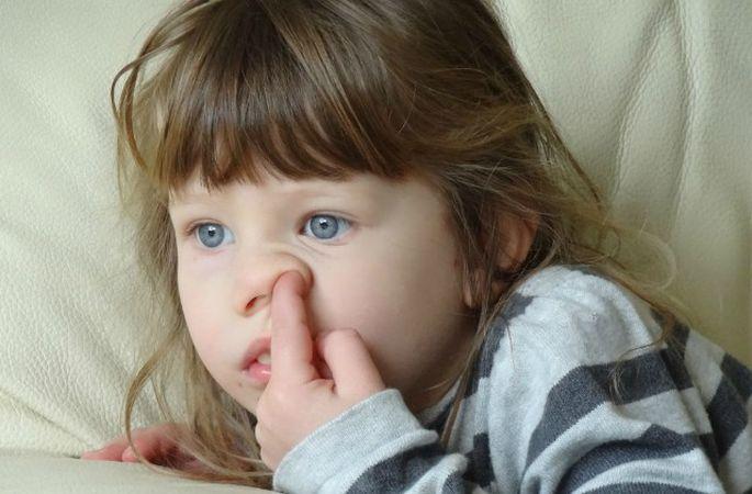 Малыш ковыряет нос