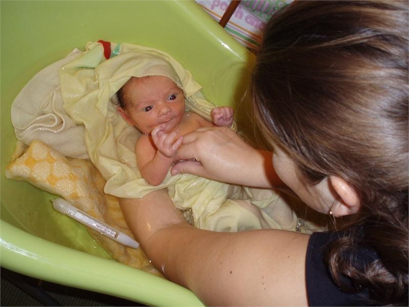 Купание новорожденного в пеленке