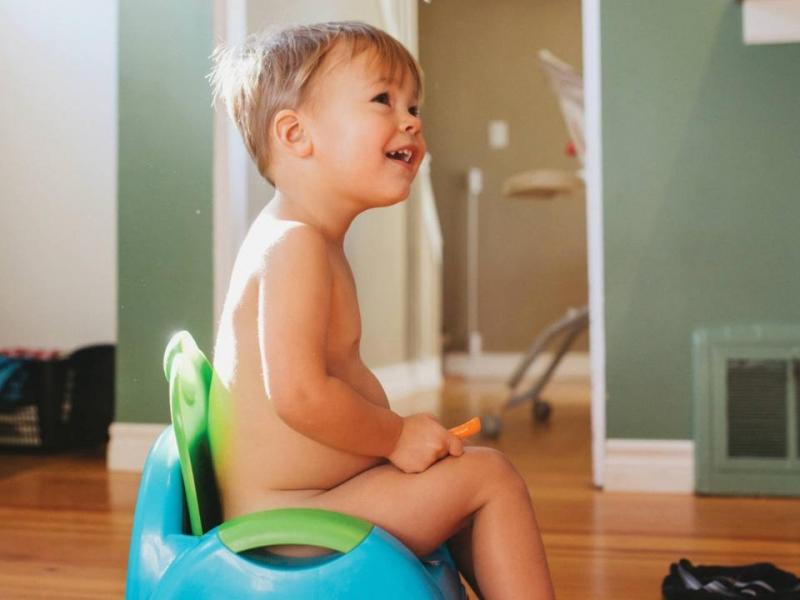 Малыш голышом сидит какает