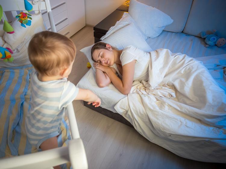 Малыш играет, мама спит