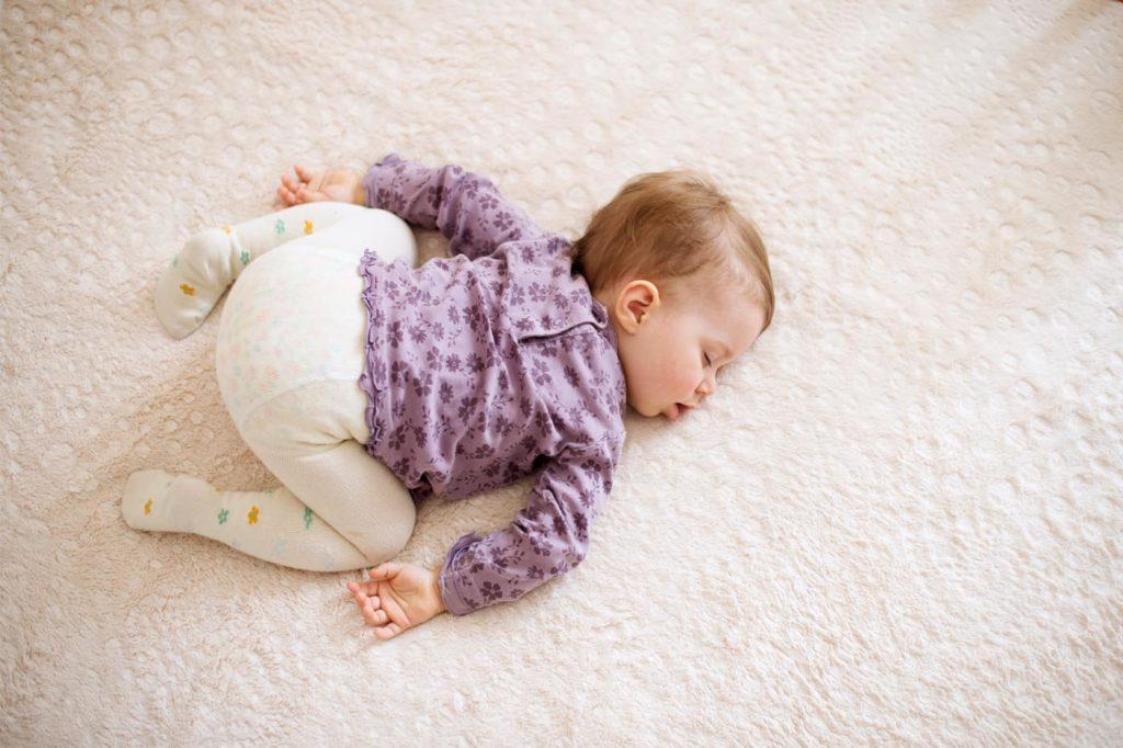 Малыши способны уснуть в самой немыслимой позе