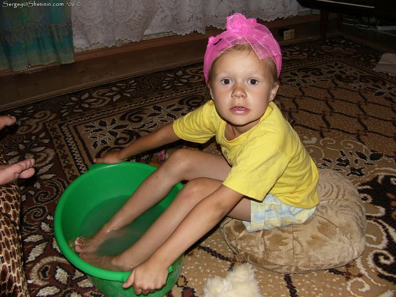 Ребенку делают ванночку для ног