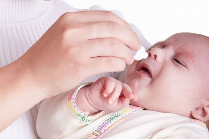 Процедура промывания носа малышу неприятна