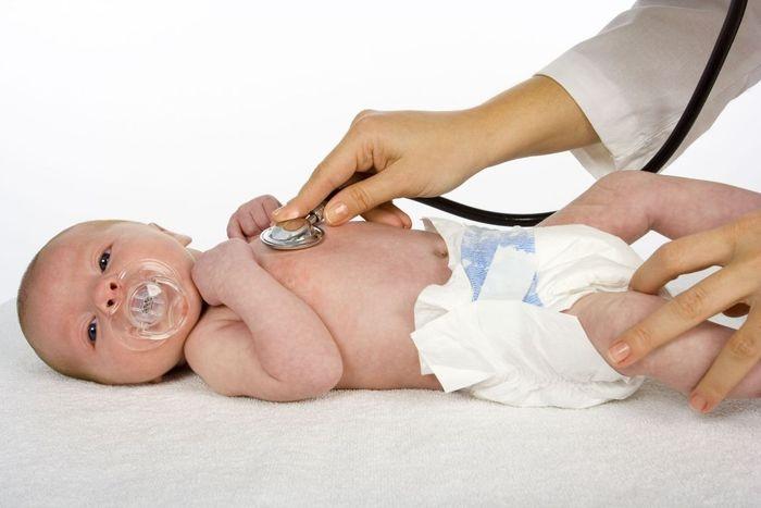 Только врач назначит правильное лечение при частом и болезненном стуле у грудничка