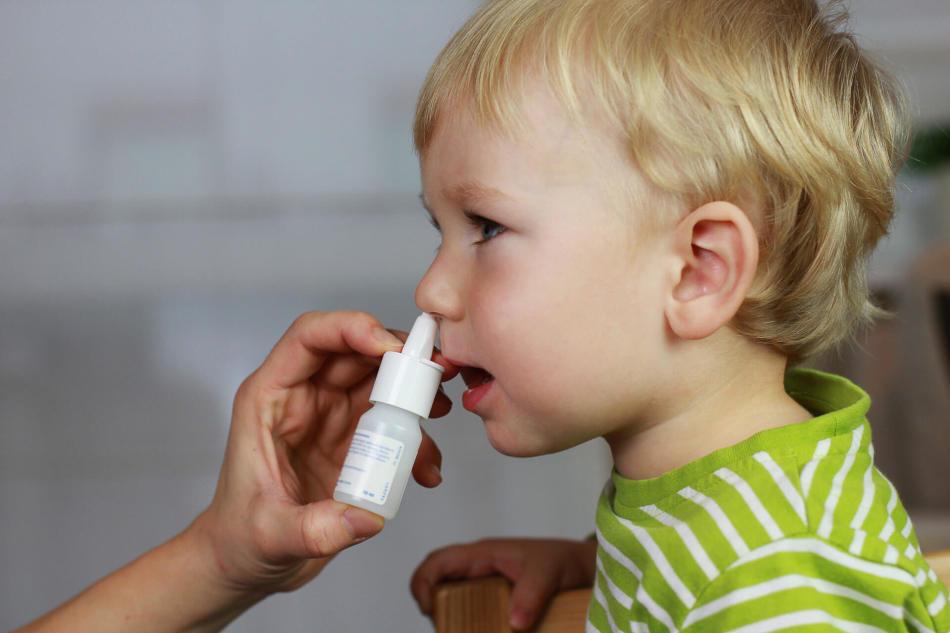 Капают в нос ребенку
