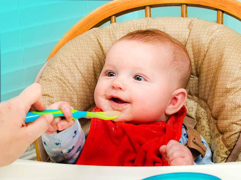 Ребенок ест пюре из ложки