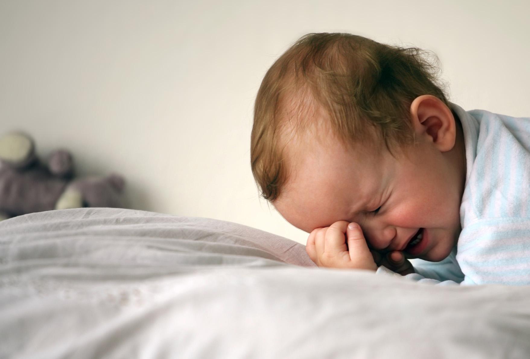 Крошка спит на кровати