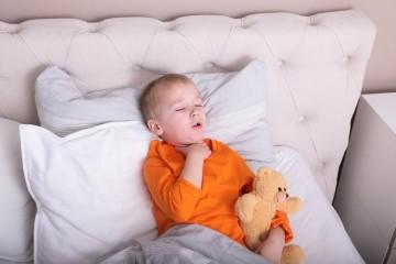 Ребенок кашляет в постели