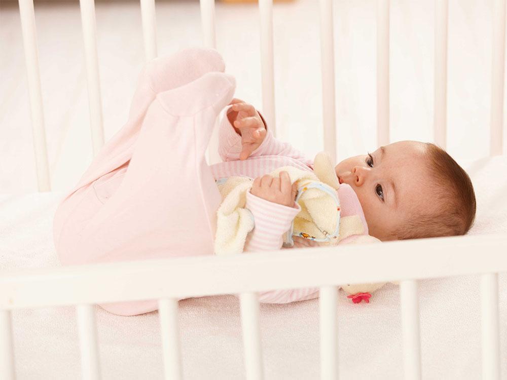 Вопроса с отучением от совместного сна не возникает, если с первых дней приучать малыша к самостоятельному сну