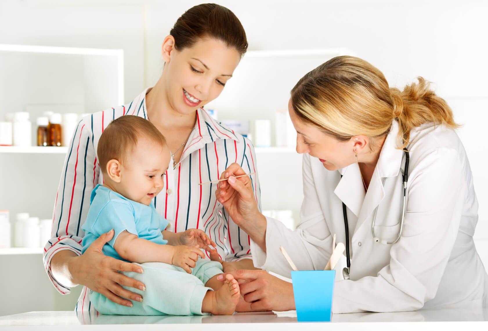 Мама с малышом на приеме у педиатра