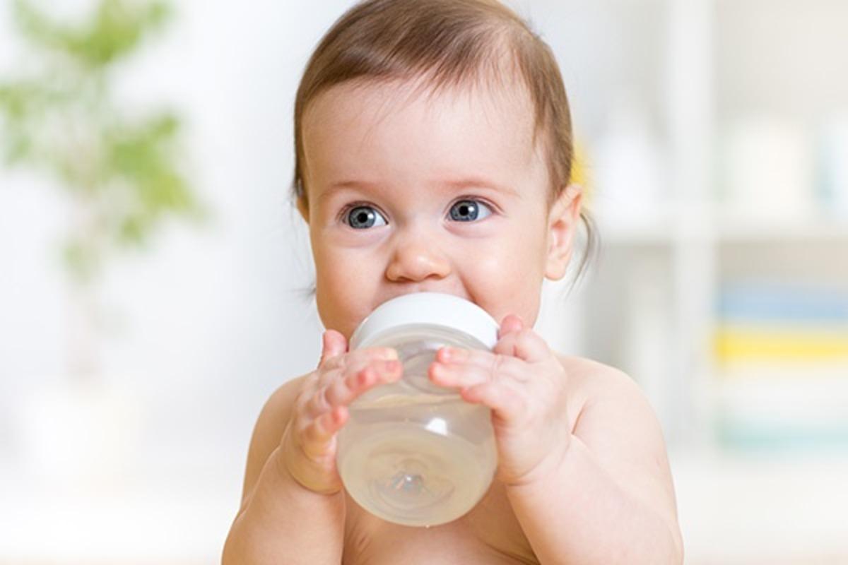 Малыш пьет воду в жару