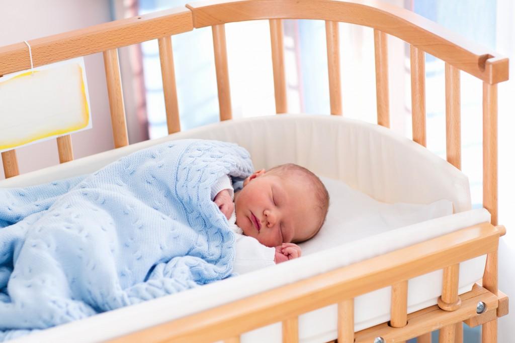 Новорожденный спит без подушки
