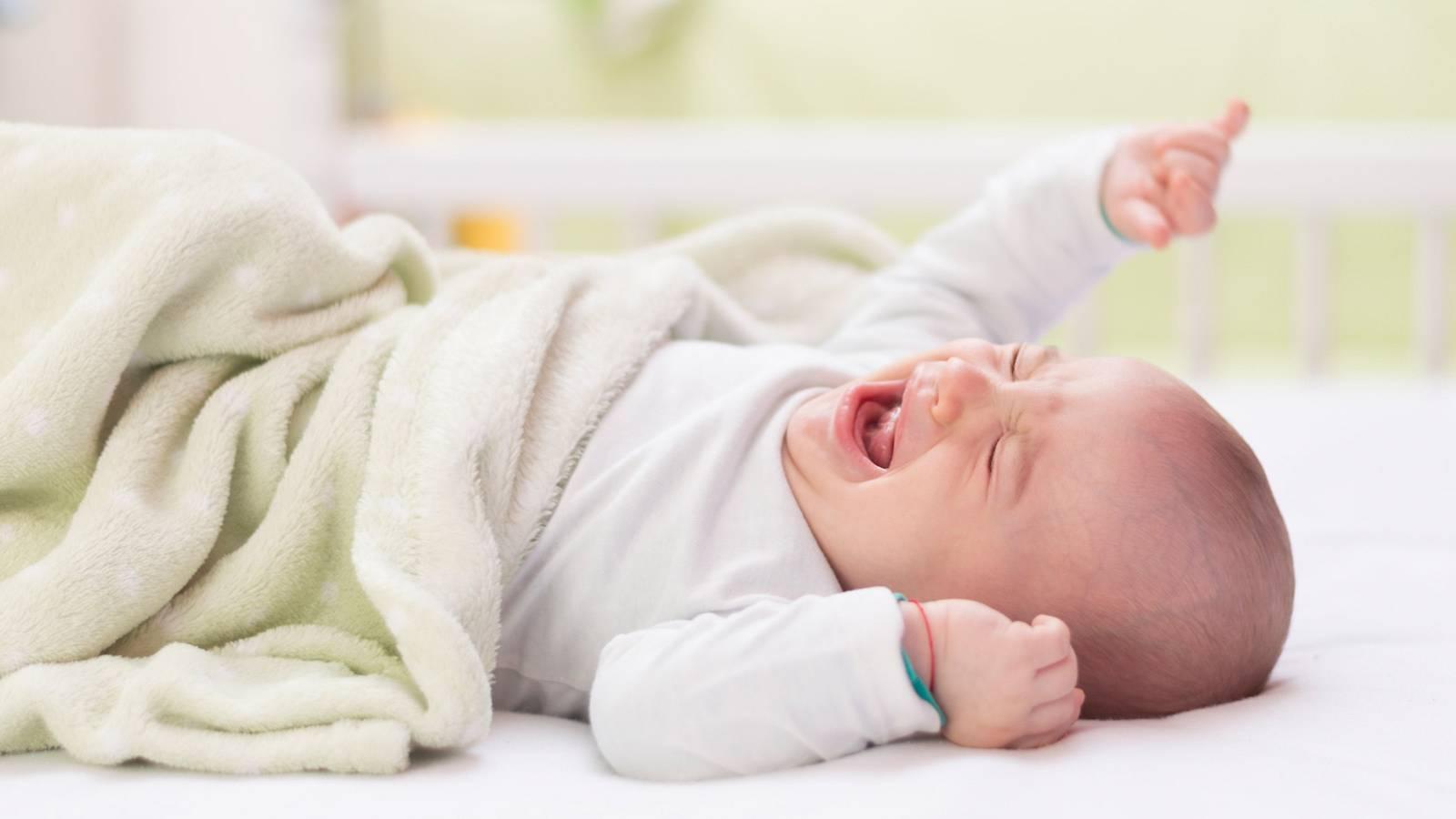 Колики – одна из частых причин ночного пробуждения грудничка
