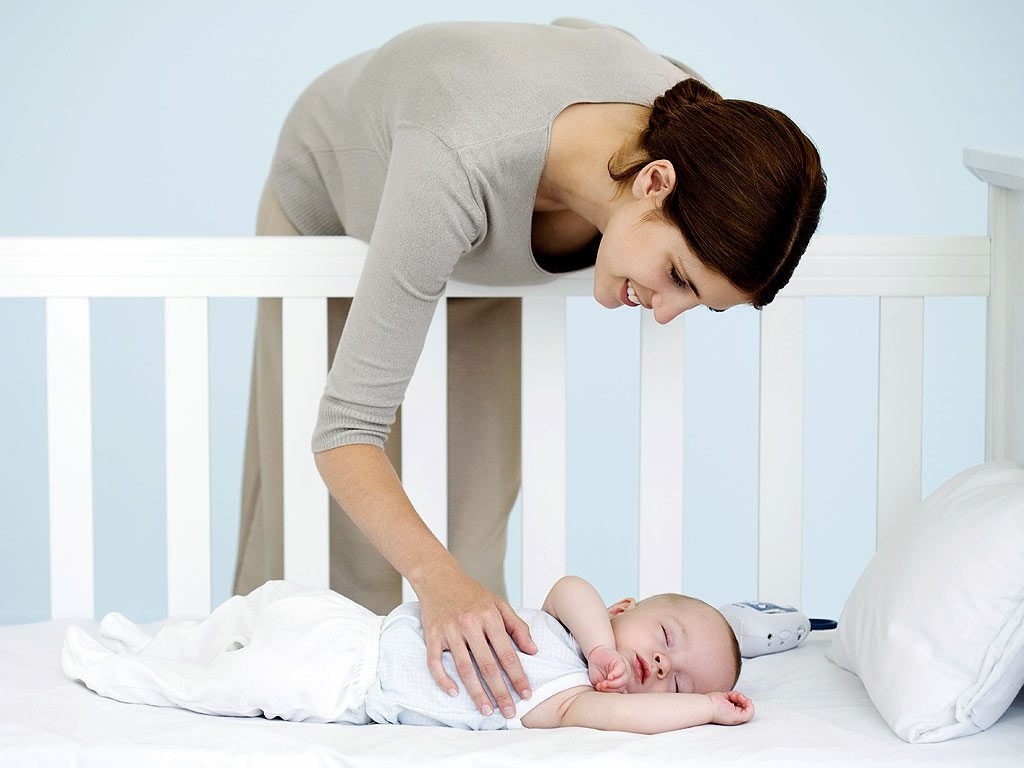 Мама укладывает спать малыша