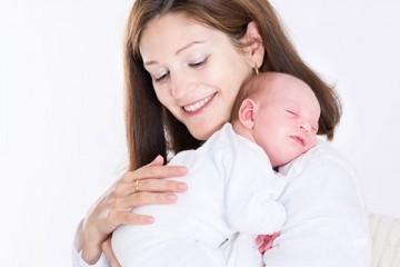Поднятие младенца вертикально