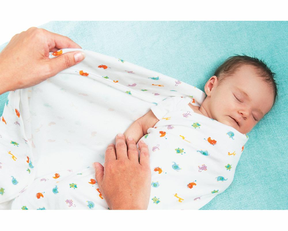 Туго спеленутый младенец