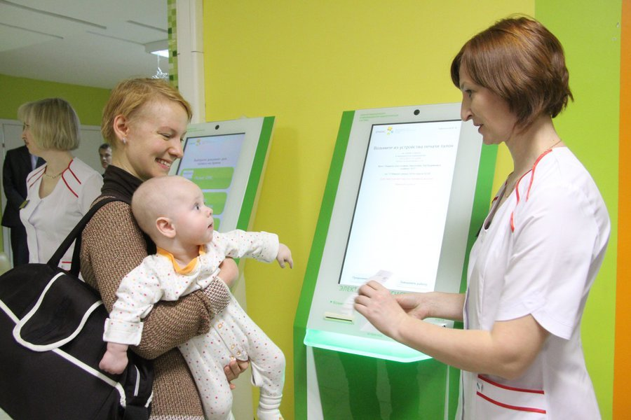 Малыша записывают на прием в государственной поликлинике