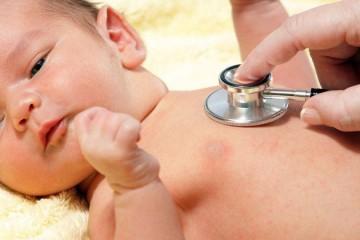 Для облегчения приступов кашля ребенок должен пить как можно больше жидкости