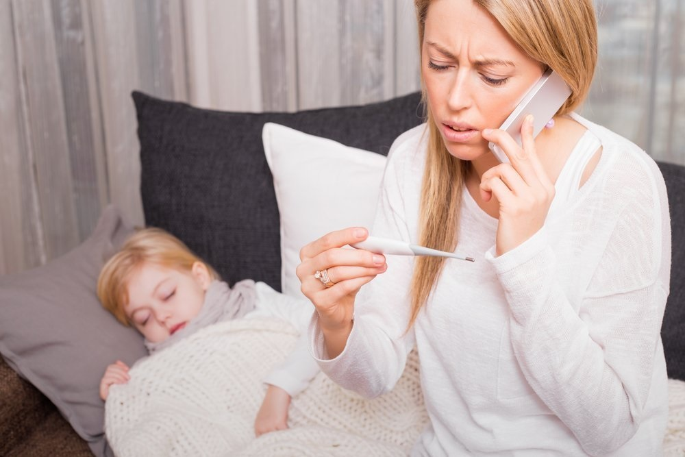 Мама измерила температуру дочери