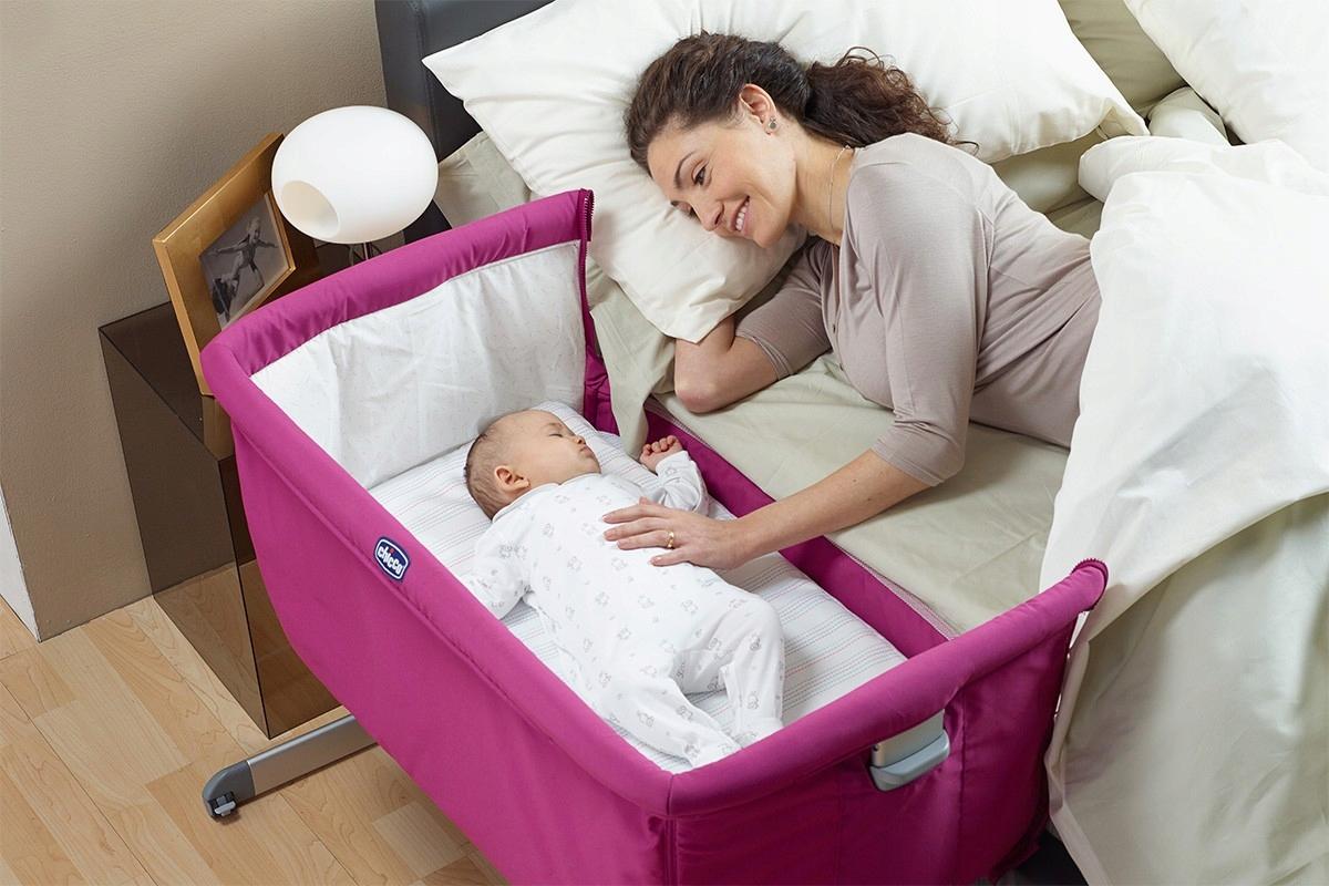 Кроватку на первое время можно установить рядом с родителями